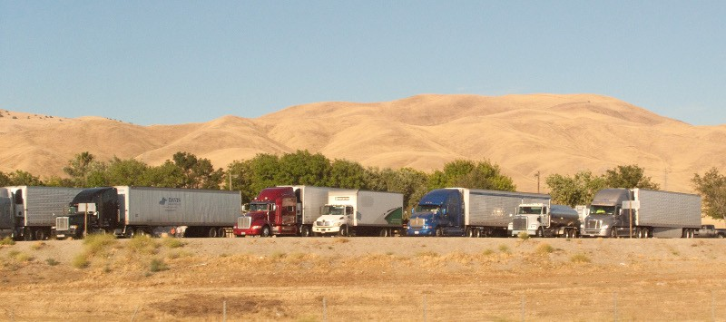 Trucks are parked at a rest stop along I-5 in California. Many spots for truckers to park do not include facilities, fuel locations or other amenities that make a 10-hour stay comfortable. (Photo: Wikimedia Commons/Downtown Gal)