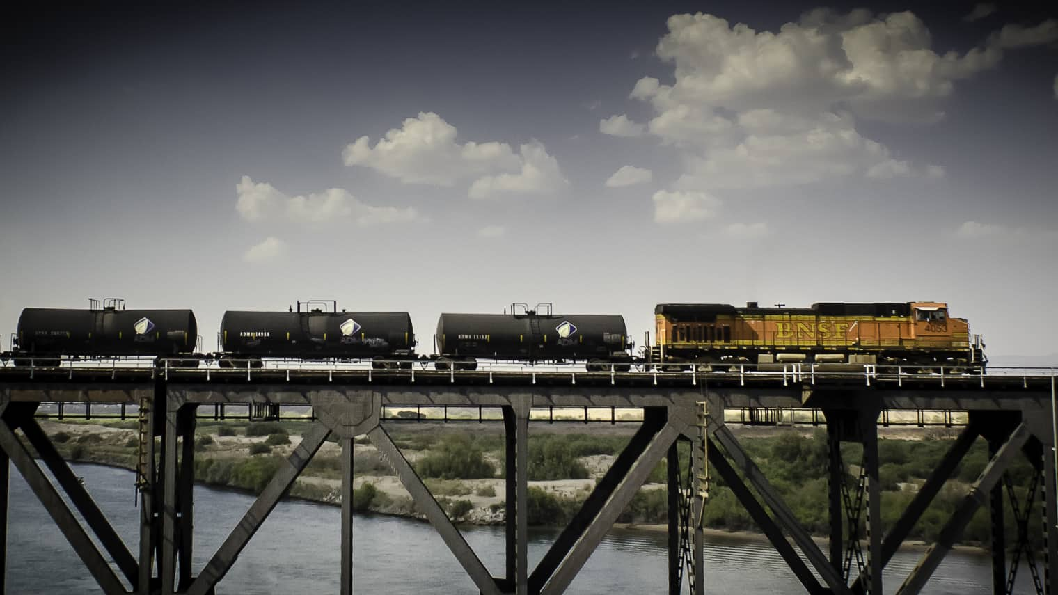 Photo of U.S. raises safety bar for crude oil transported by rail