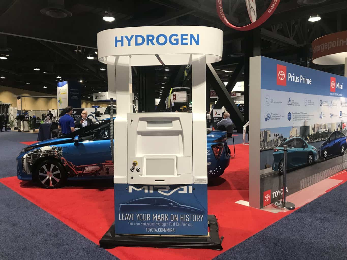 Photo of Hydrogen and electric forces are locked in a battle for the future of trucking