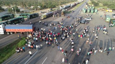 Photo of Mexican farmers besiege dozens of highways and an international bridge in protest to government cuts (with video)