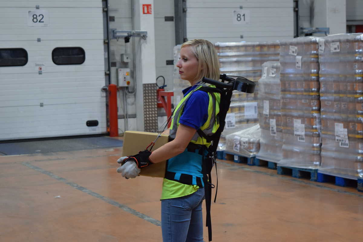 Relieving physical stress of warehouse workers through ergoskeletons that share loads (Photo: FM Logistic)