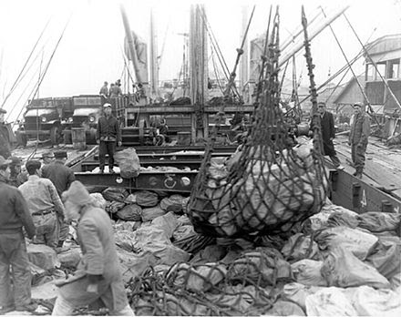 This photo shows a crew using the break-bulk method to load a ship. (Photo: wikimedia.commons)