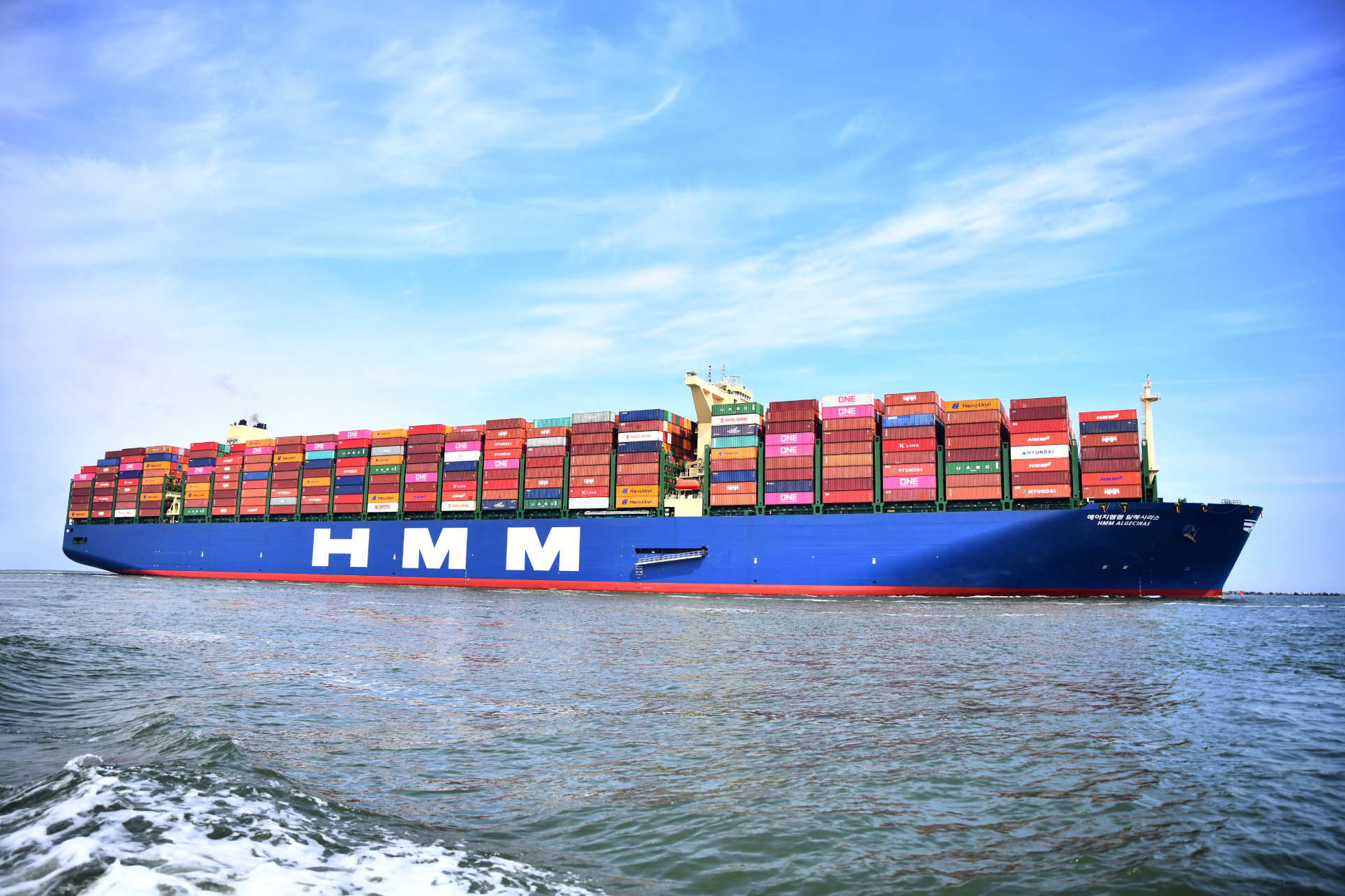 A container ship of HMM, seen from the side. The company was victim of a cyberattack.