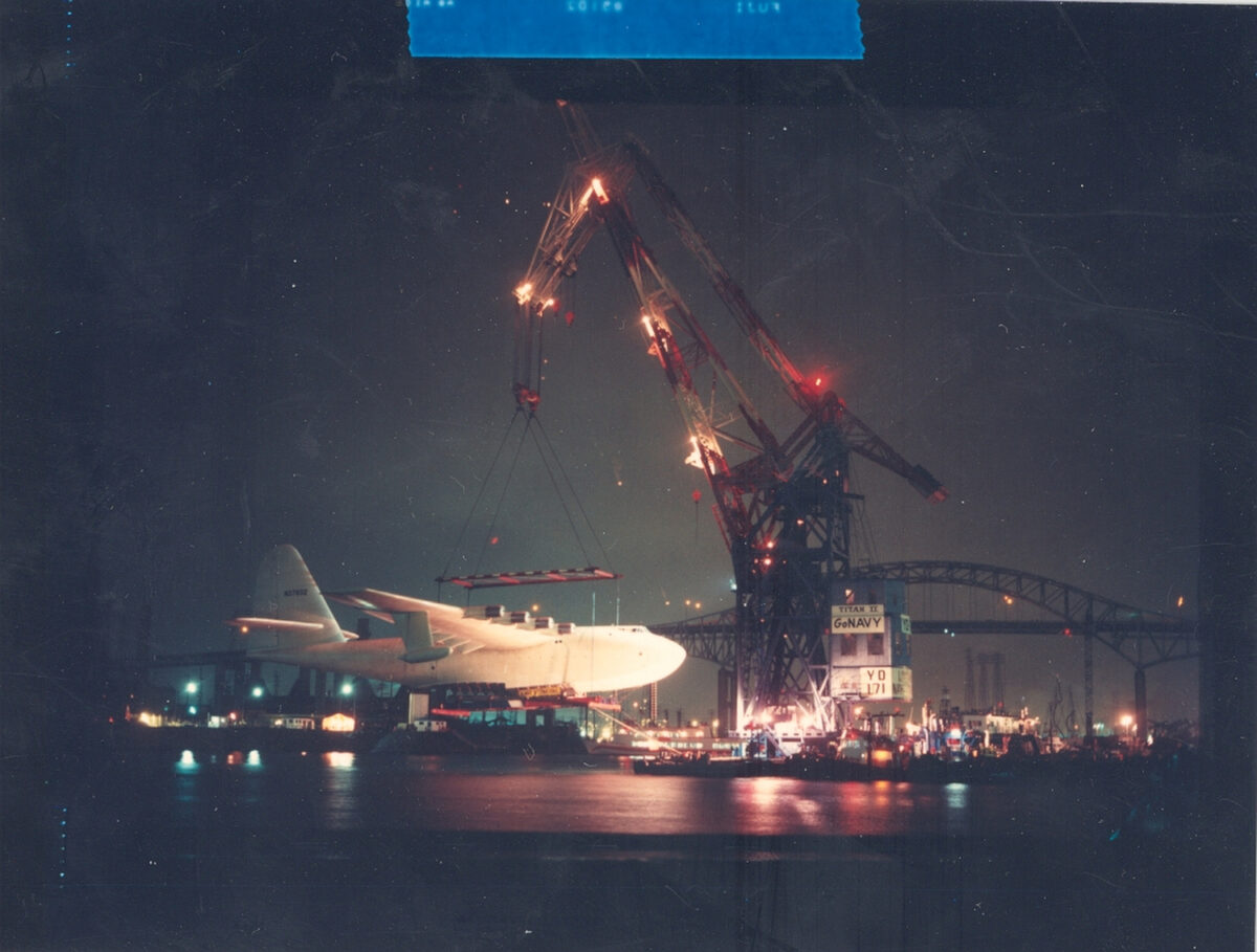 Floating crane Herman the German lifts the Spruce Goose as part of its move into its dome next to the Queen Mary in 1982. (Photo: Port of Long Beach)