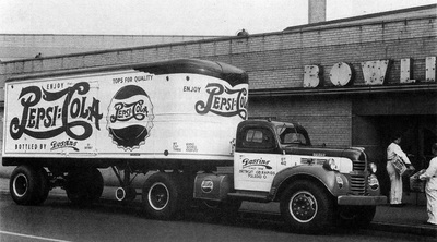This Fruehauf trailer has the early rounded nose, which allowed a greater turning radius. However, they were later modified to a square nose for more capacity. (Photo: singingwheels.com)