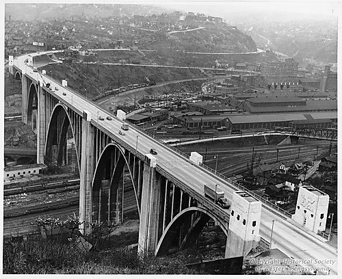 Cars and trucks using the bridge in the late 1930s. (Photo: Historical Society of Western Pennsylvania)