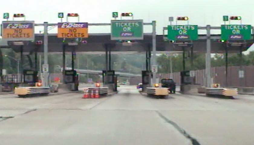 A 2014 photo of the Warrendale toll booths. (Photo: turnpikeinfo.com)